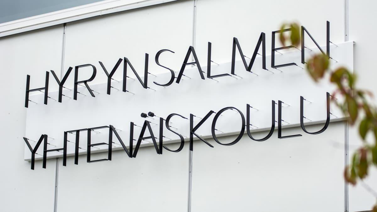 Hyrynsalmen yhtenäiskoulun nimikyltti seinässä