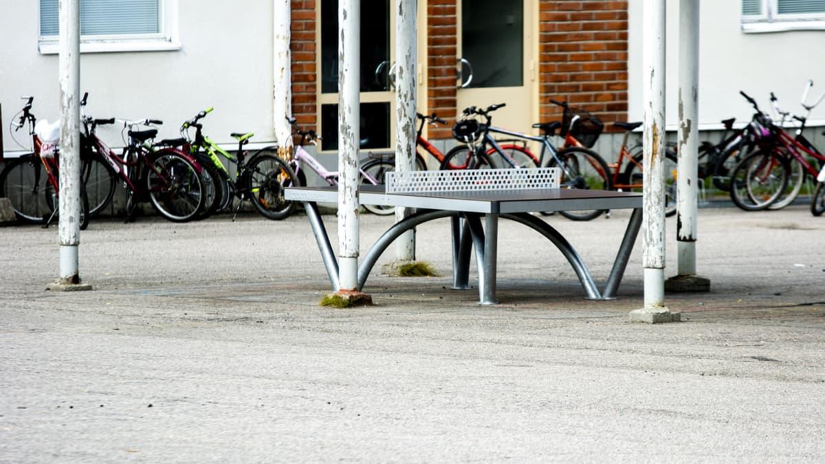 Polkupyörät koulun pihalla