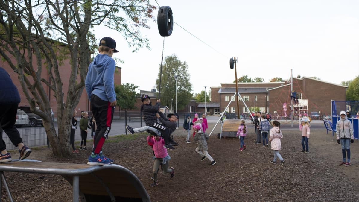 Lapsia väistötilan pihamaalla leikkimässä, Kokkola.