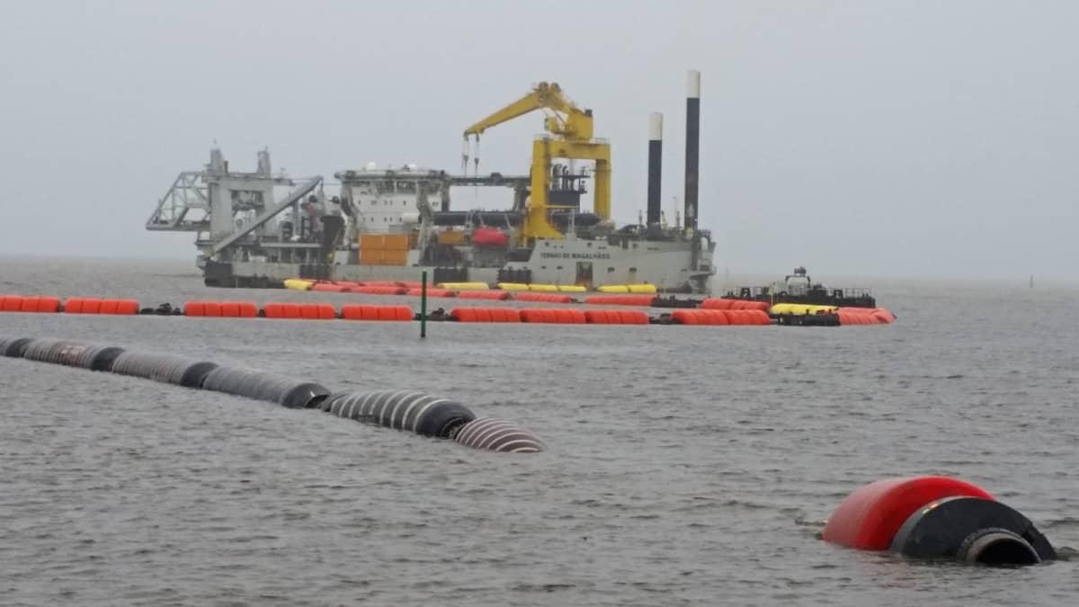Hollantilainen ruoppaaja työssään Oulun uuden syväväylän rakennustöissä 12.9.2018.