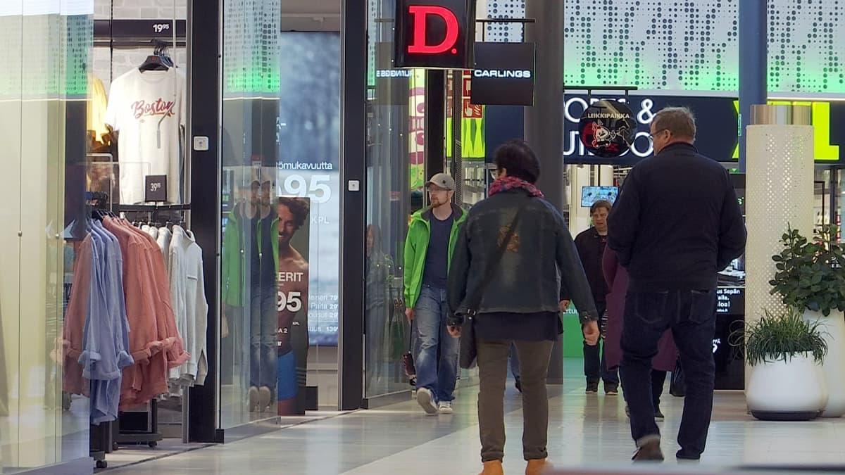 Ihmisiä kauppakeskuksessa.