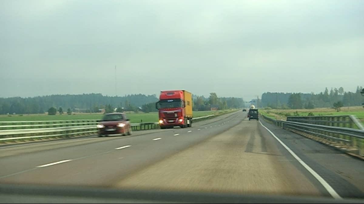 Liikennettä leveäkaistatiellä Kouvolassa