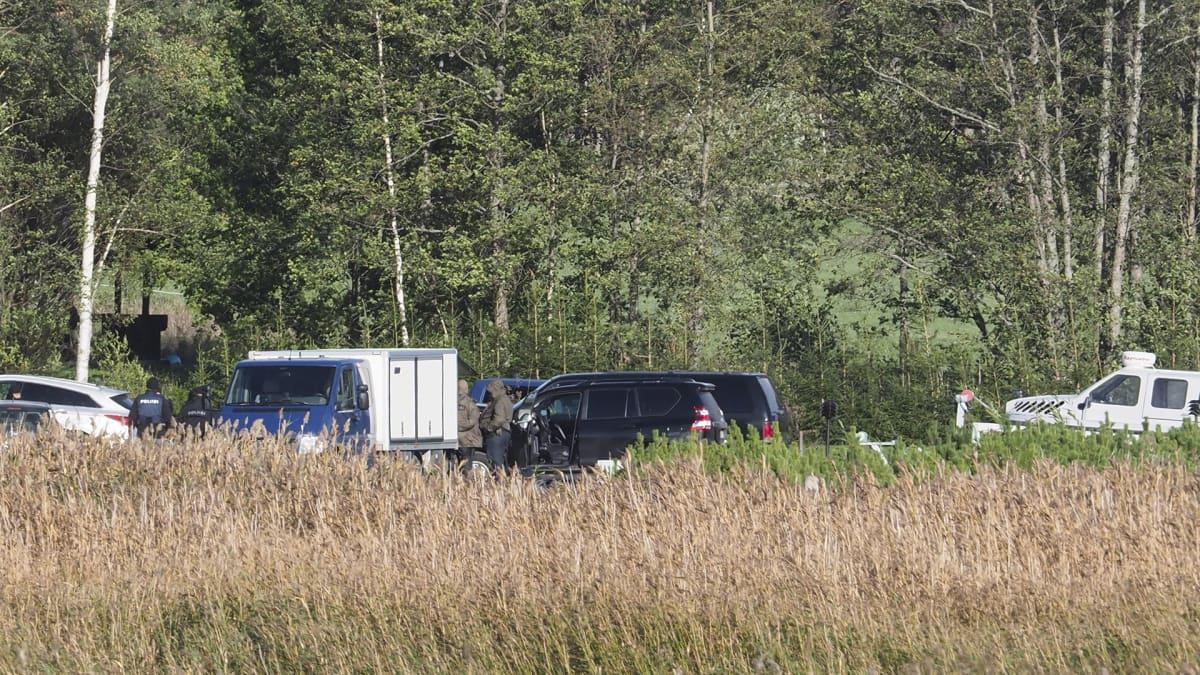 Tutkintaviranomaisia ja poliiseja Turun saaristossa 22. syyskuuta.