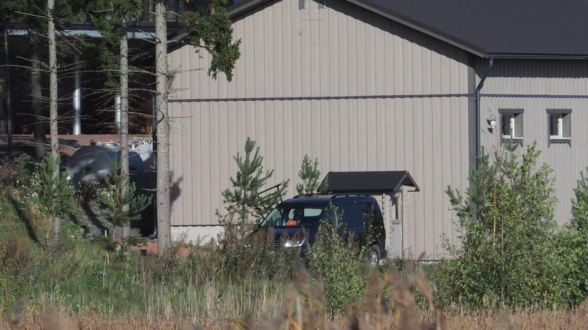 Keskusrikospoliisi suoritti tutkintaa kiinteistön alueella Paraisten Ybbersnäsissä 22. syyskuuta.