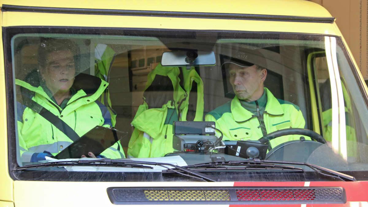 Hailudon SPR:n vapaaehtoiset Birgitta Ruonala ja Ossi Suomela ensivasteautossa.