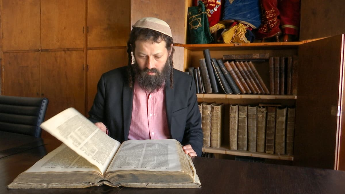 Rabbi Moshe-David Hacohen lukee kirjaa