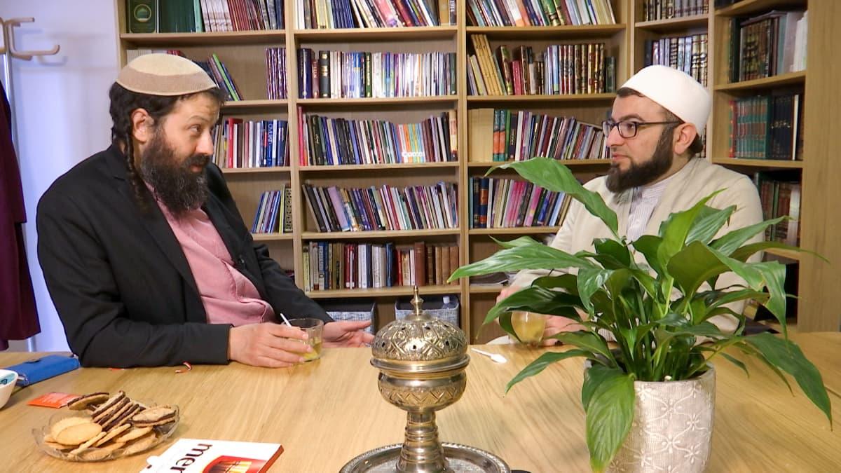 rabbi ja imaami istuvat pöydän ääressä