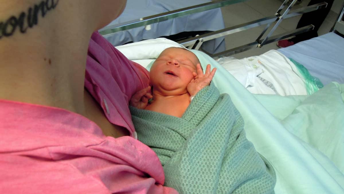 Tämä tyttö syntyi kuvanottohetkeä edeltäneenä yönä Lohjan sairaalassa.