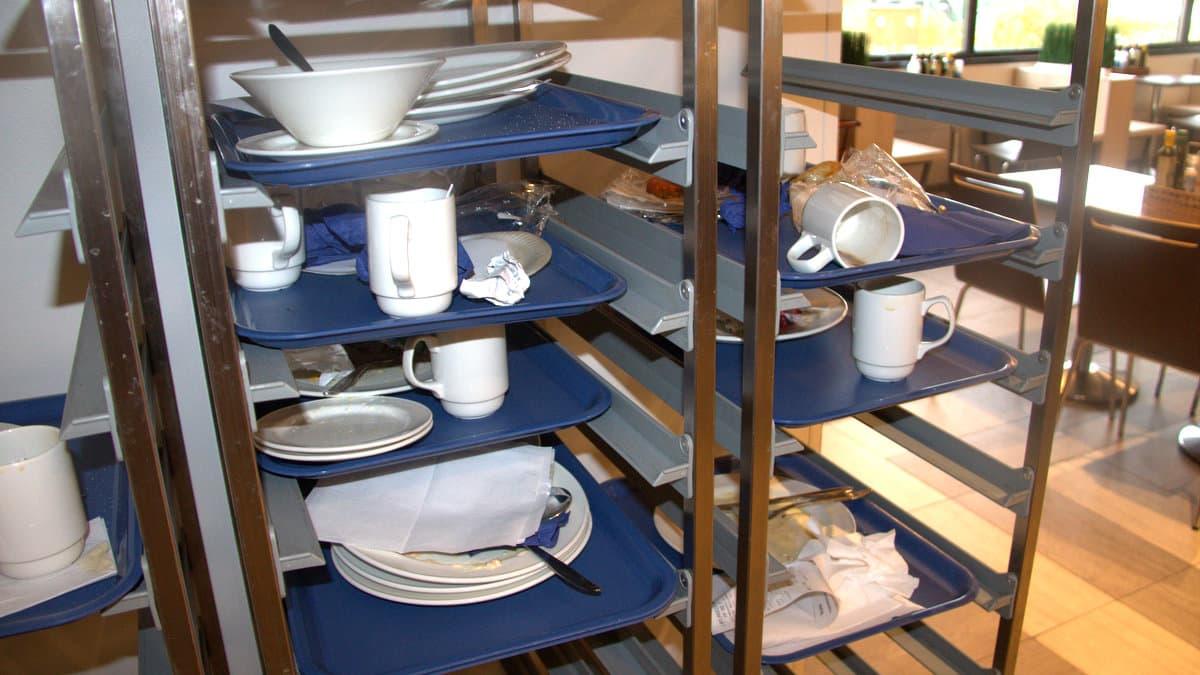 Likaisia astioita astiankeruutelineessä