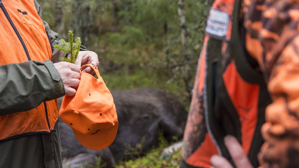 hirvimetsä metsästys metsästäjät huomioväri