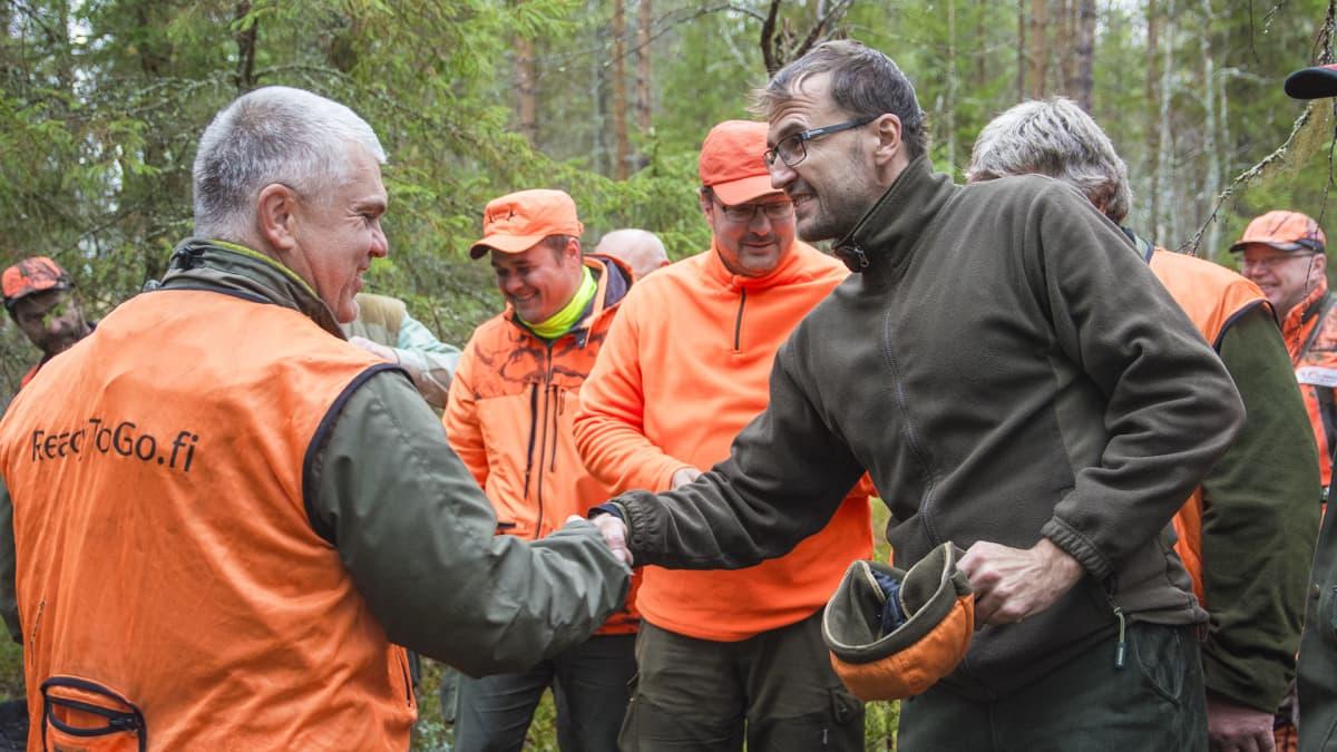 hirvenmetsästys metsästäjät kättely