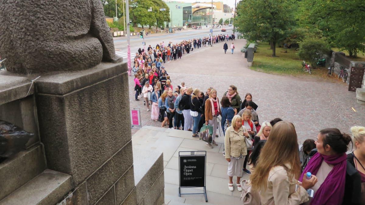 Jono kansallismuseon ovella.