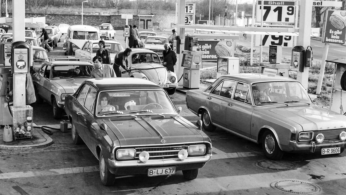 autoja huoltoasemalla