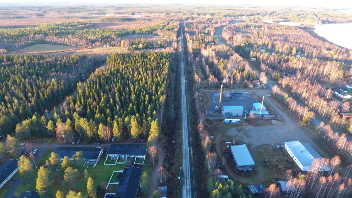 Rovaniemen ja Muurolan välillä rakennetaan aita estämään porojen pääsyn radalle.