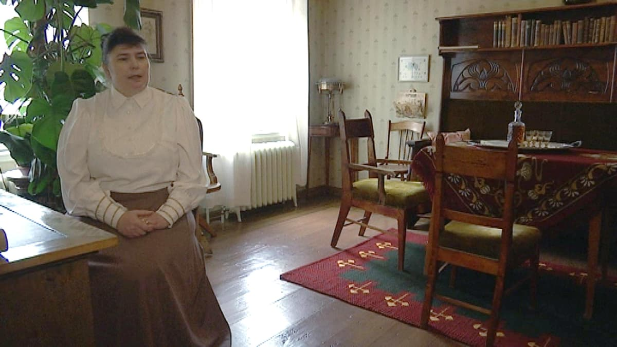 Nainen vanhassa talossa