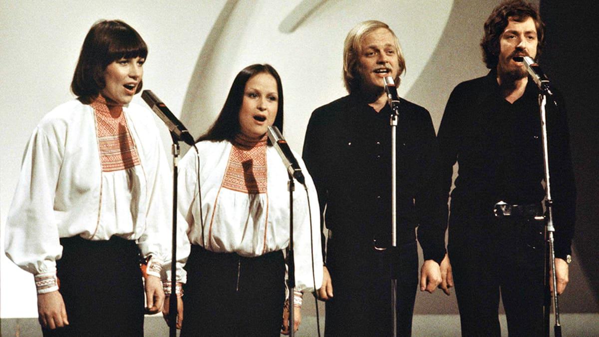 Agit Prop -kvartetti esiintymässä Eurovision laulukilpailujen kotimaisessa karsinnassa vuonna 1975. Vasemmalta oikealle Mona Kamu, Sinikka Sokka, Pekka Aarnio ja Martti Launis.