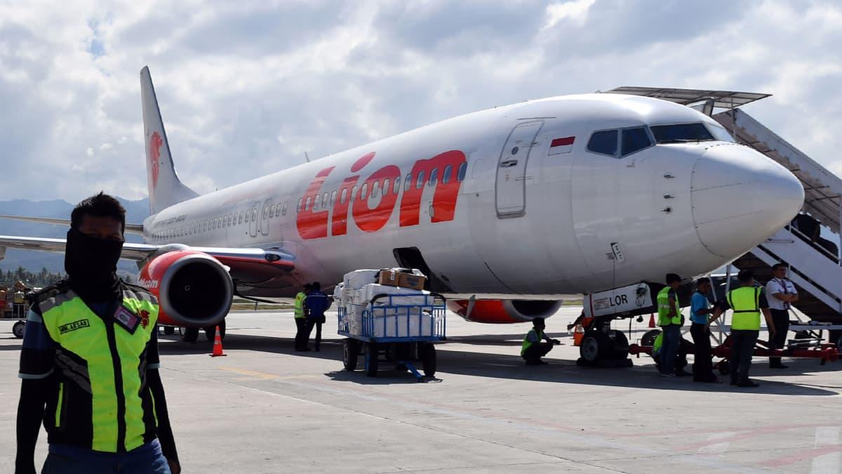 10. lokakuuta päivätyssä kuvassa Lion Air-yhtiön Boeing 737 -kone Mutiara Sis Al Jufrien lentokentällä Palussa.