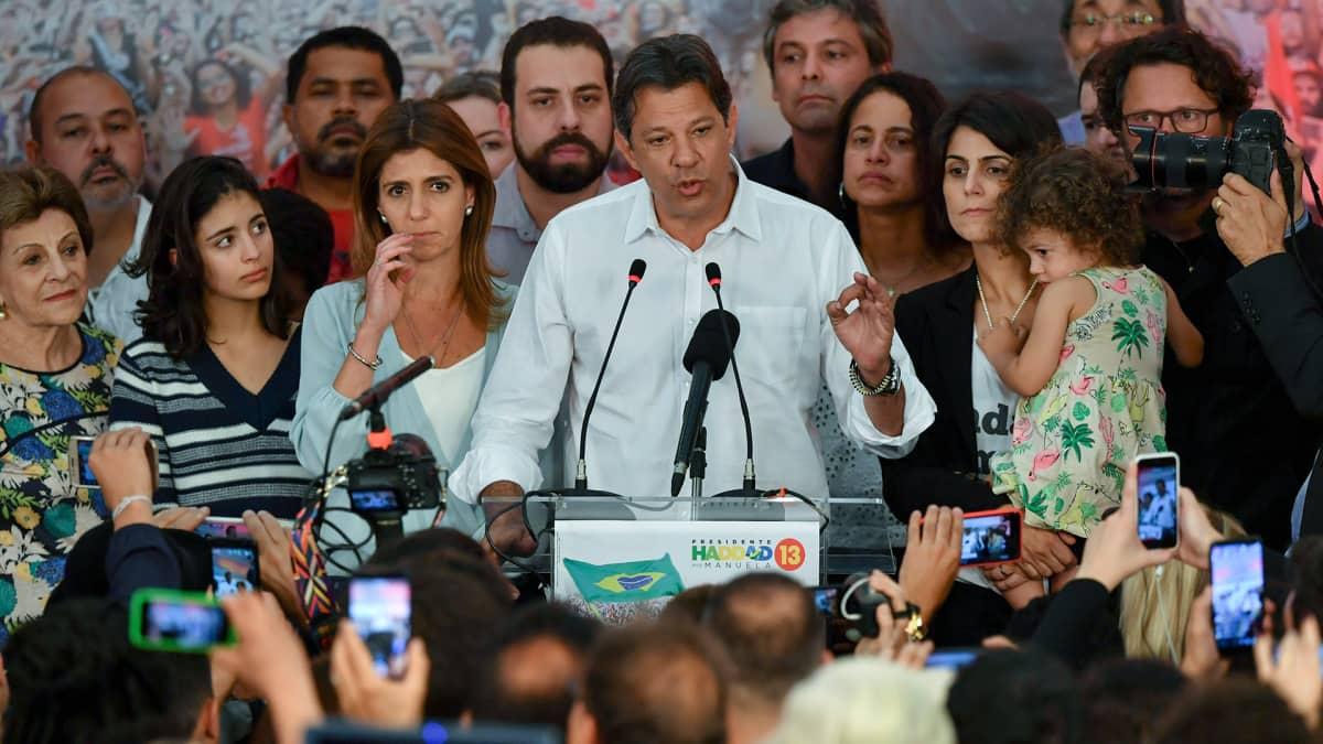 Vasemmiston presidenttiehdokas Fernando Haddad puhui kannattajilleen vaalituloksen varmistuttua Sao Paulossa 28. lokakuuta.