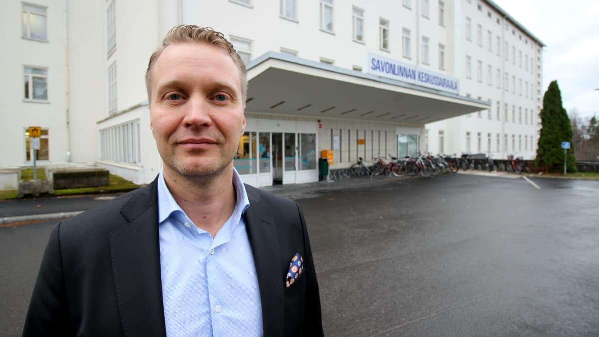 Sosterin entinen kuntayhtymäjohtaja Panu Peitsaro Savonlinnan keskussairaalan edustalla.