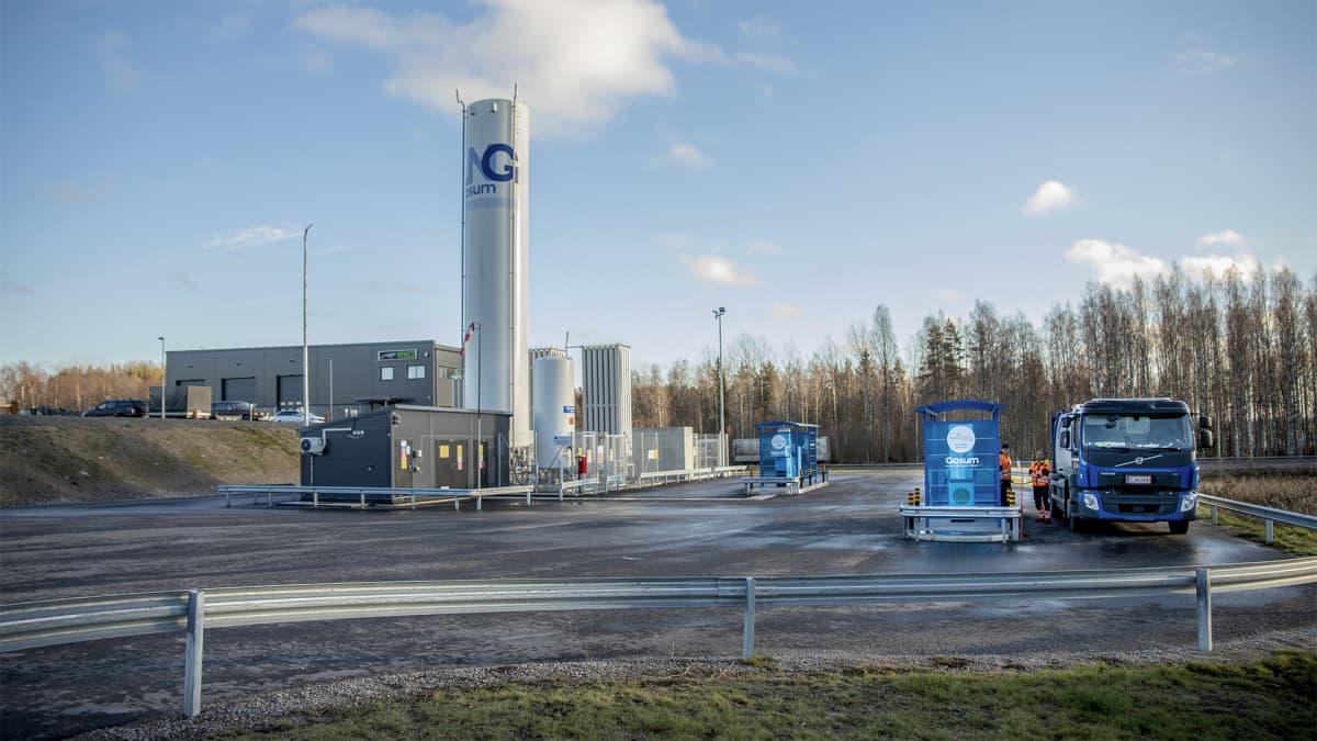 Jäteauto tankkaamassa kaasua Gasumin asemalla.