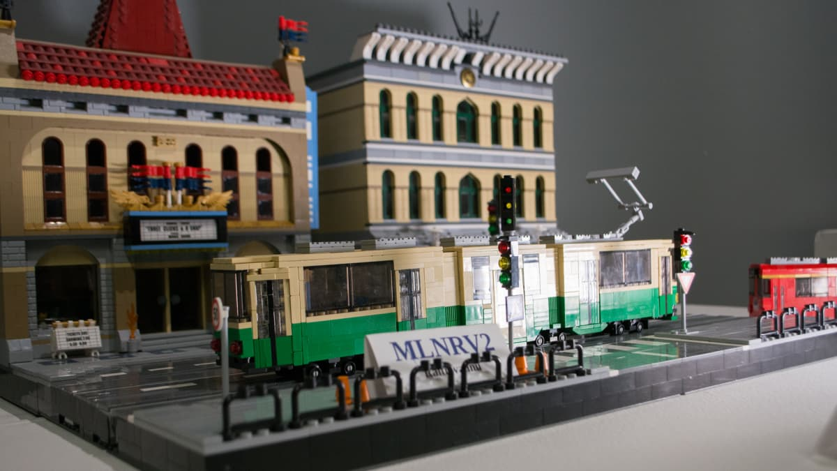 Legoraitiovaunu kaupunkimaisemassa