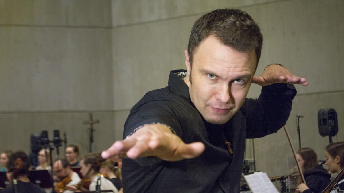 """Alavan seurakunnan kanttori Ossi Jauhiainen, ison gospelkonsertin """"isä""""."""