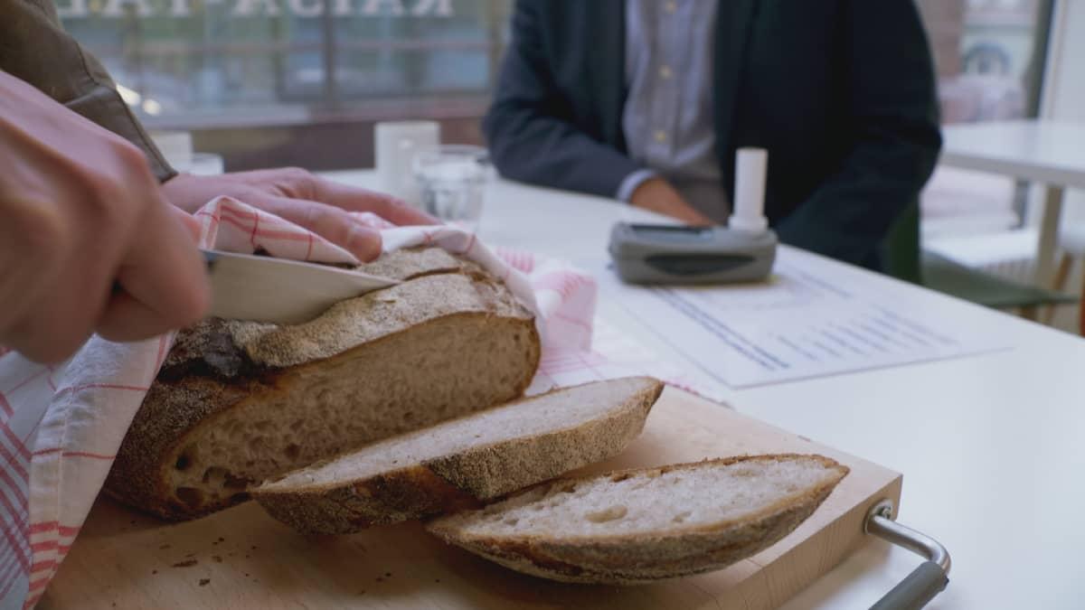 Taikinajuureen leivotussa leivässä on vahva kuori.