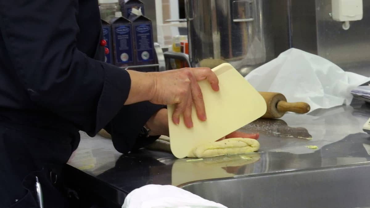 Opettaja leipomassa.