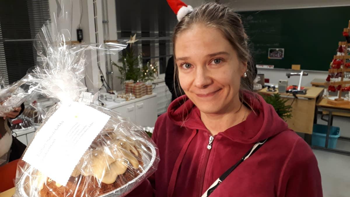 Ykkösluokkalaisen äiti Jenni Päätalo leipoi kakkuja koulun myyjäisiin.