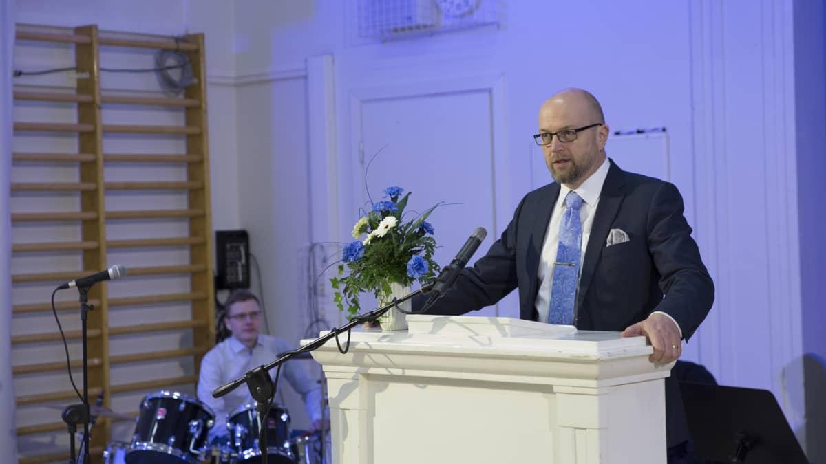 Rehtori Ensio Vatanen puhuu
