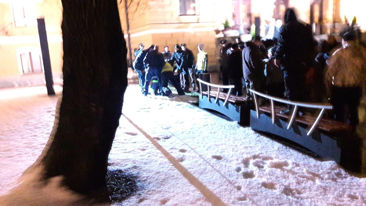 Miehen päälle käydään Oulu herättää Suomen! -mielenosoituksessa.