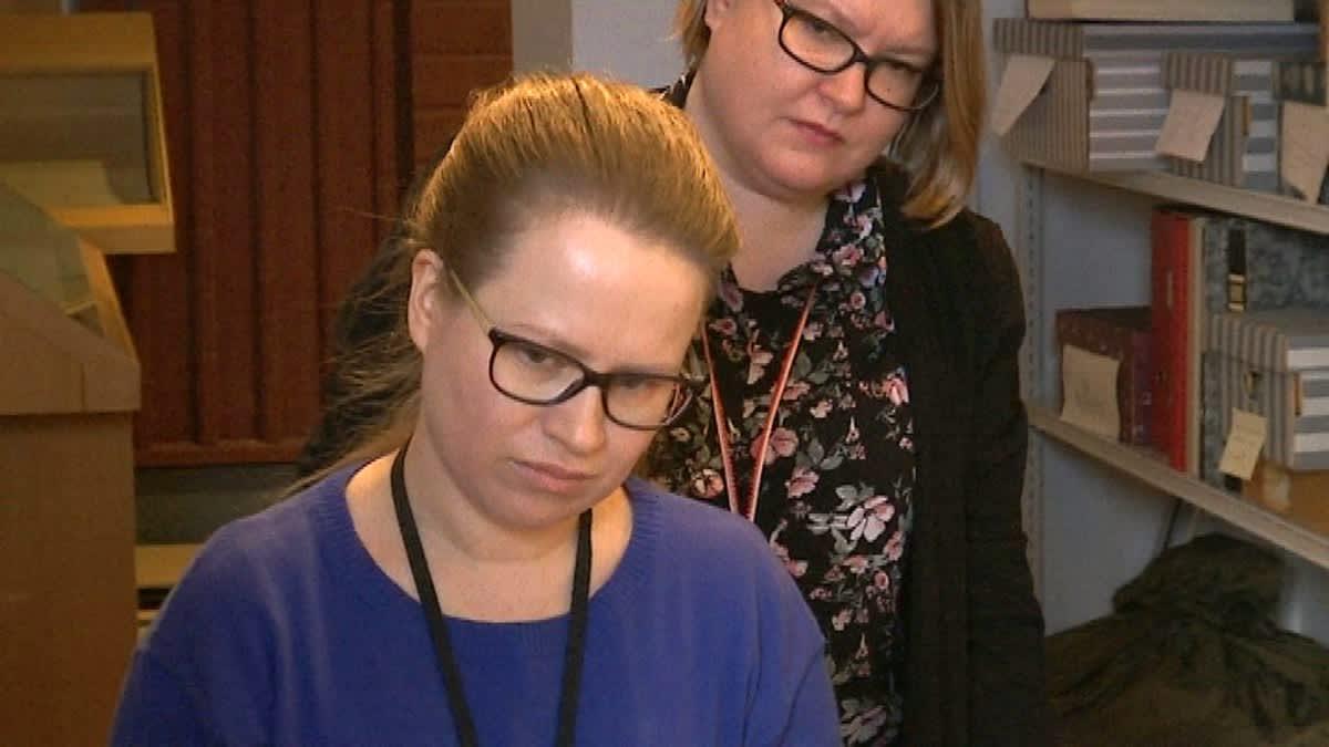 Kaksi silmälasipäistä naista tutkivat jotain vakavina