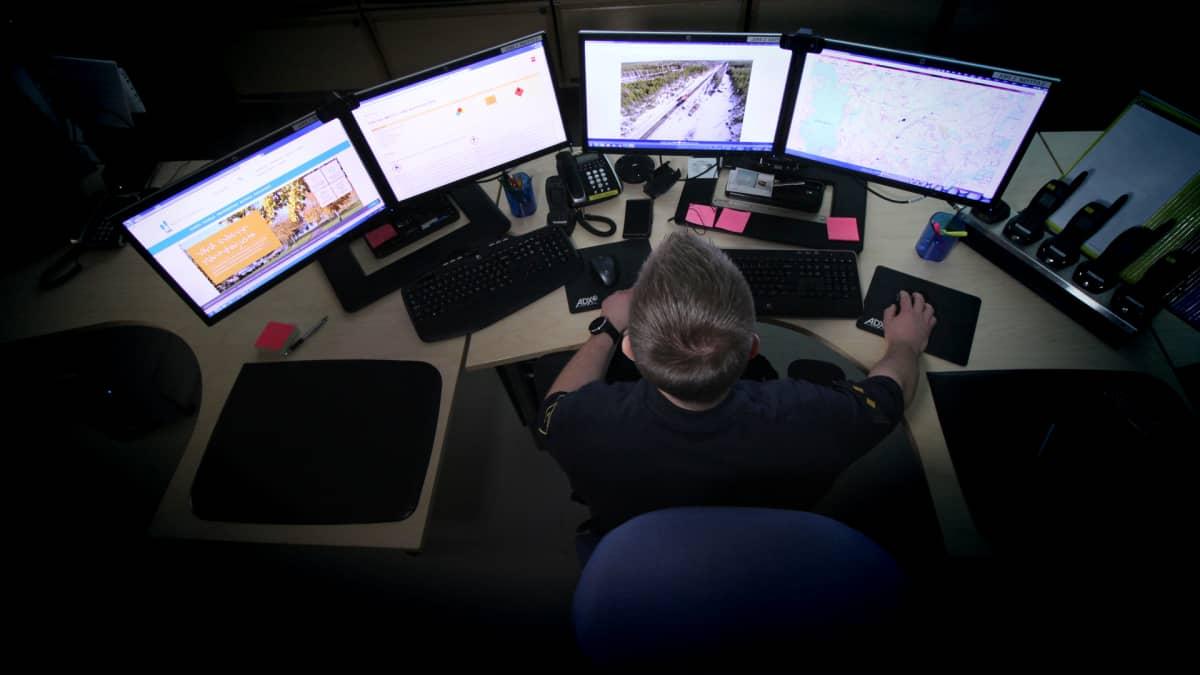 Eero Aho työskentelee pelastuslaitoksen johtokeskuksessa.