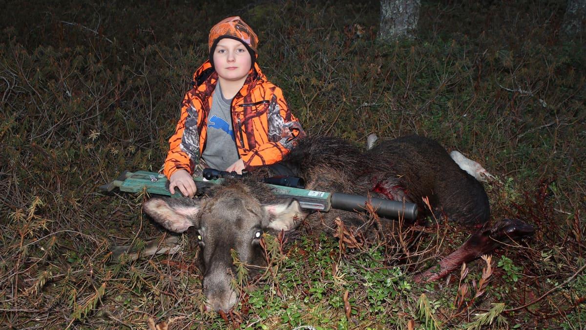 11-vuotias Axel Kovero kaatoi ensimmäisen hirvensä tänä syksynä.