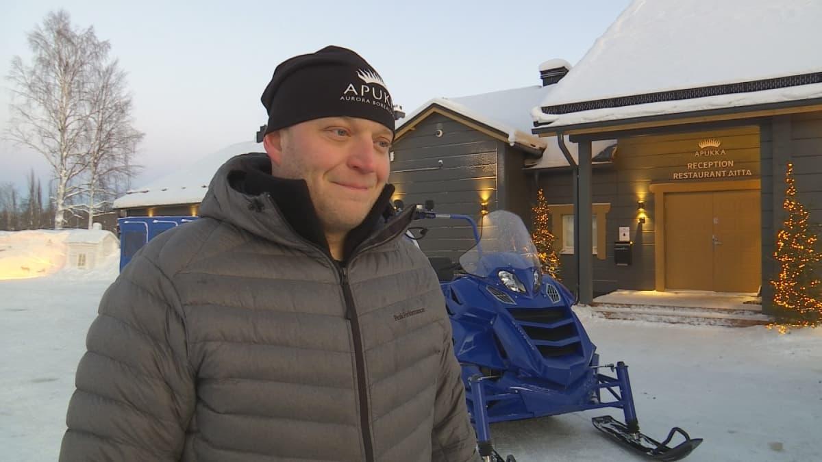 Yrittäjä Markus Kolari on ottanut käyttöön raskaat moottorikelkat yrityksessään Rovaniemn Apukassa.