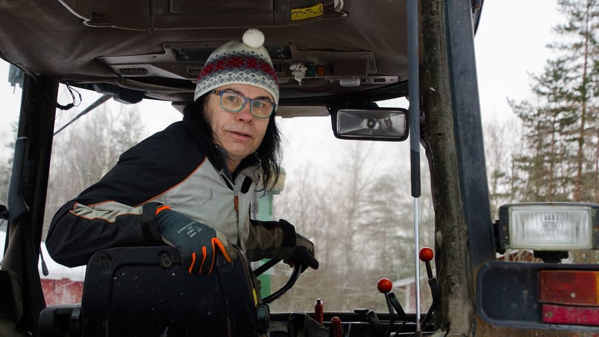 Minna-Maaria Lax traktorin pukilla.