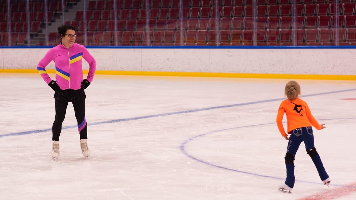 Minna-Maaria Lax harjoittelemassa Imatran jäähallissa.
