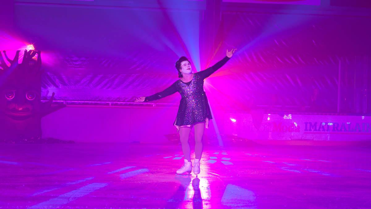 Minna-Maaria Lax esittää geisha-ohjelmaansa.