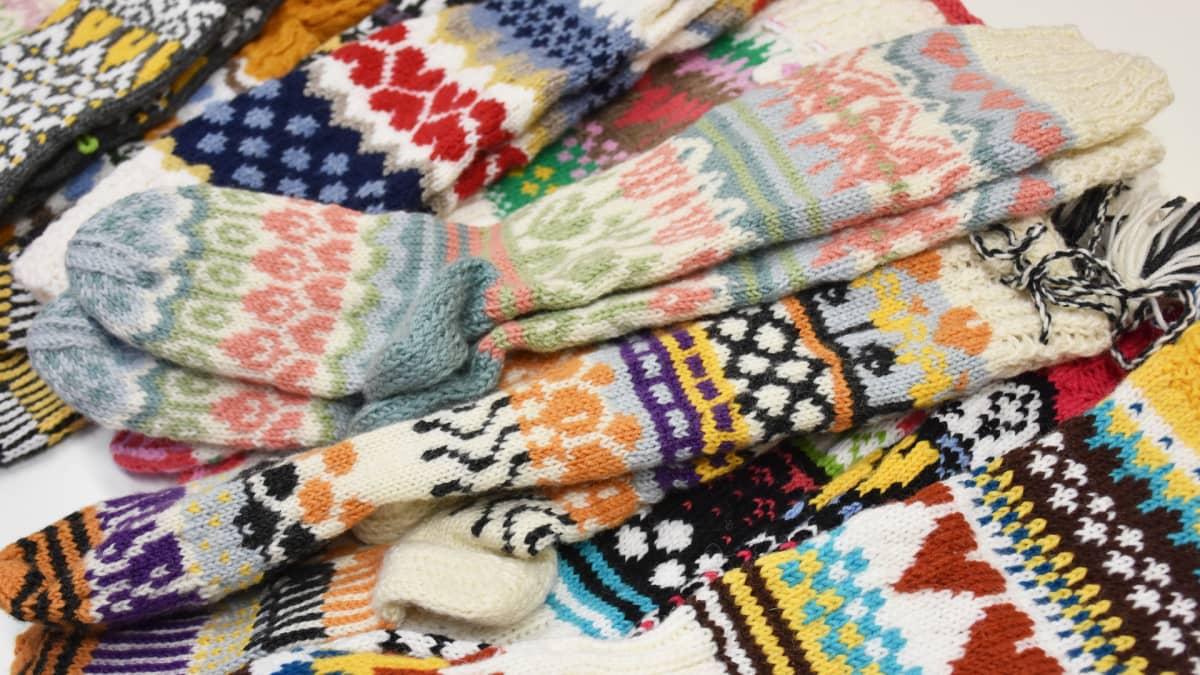 Kuvassa värikkäitä villasukkia