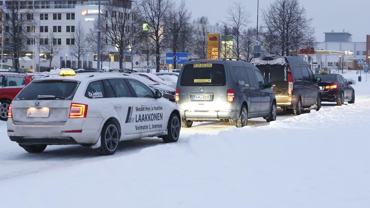 Taksiautoja pysäkillä.
