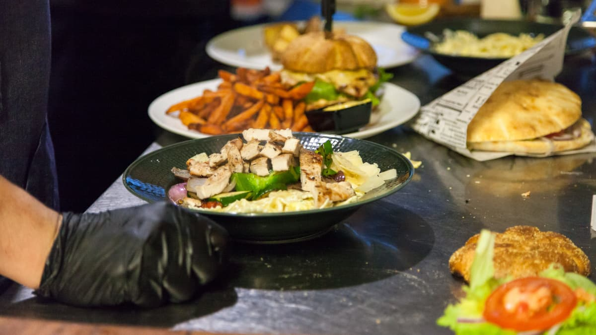 Ruoka-annoksia ravintola Lalon keittiössä