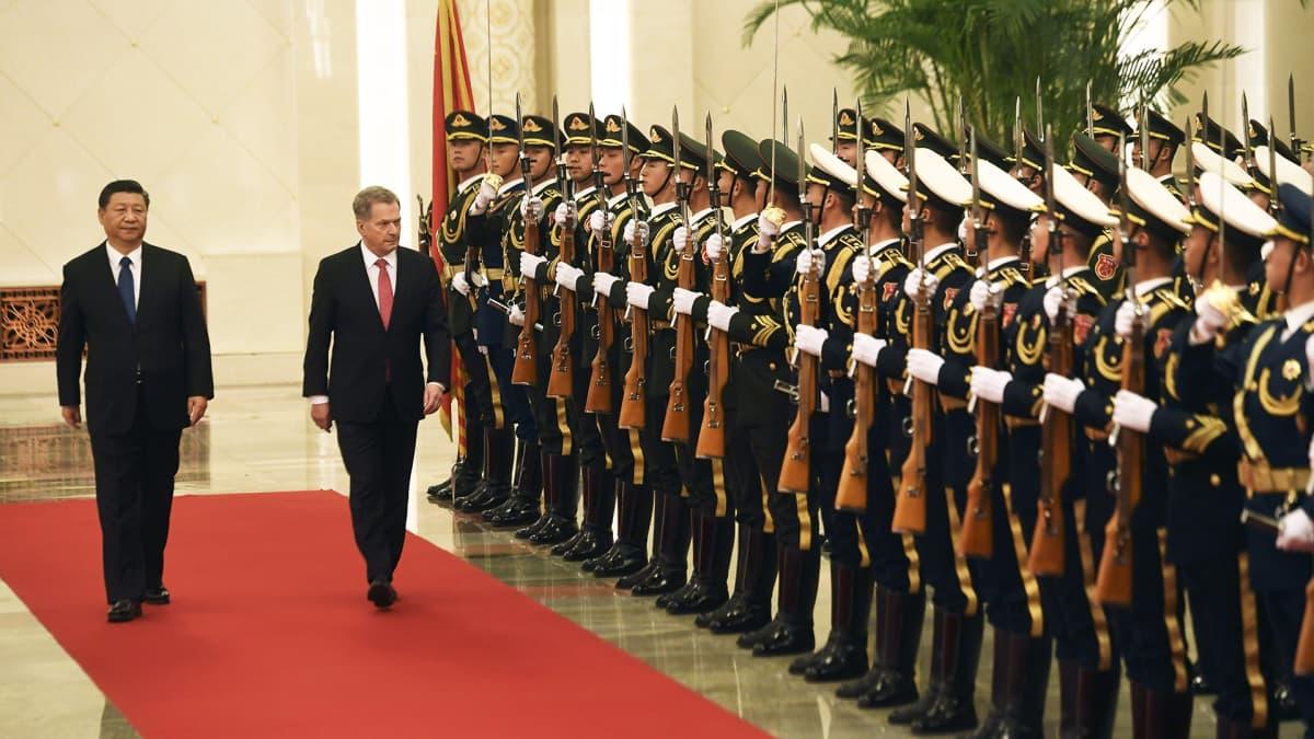 Xi Jinping ja Sauli Niinistö tarkastavat kunniavartion.