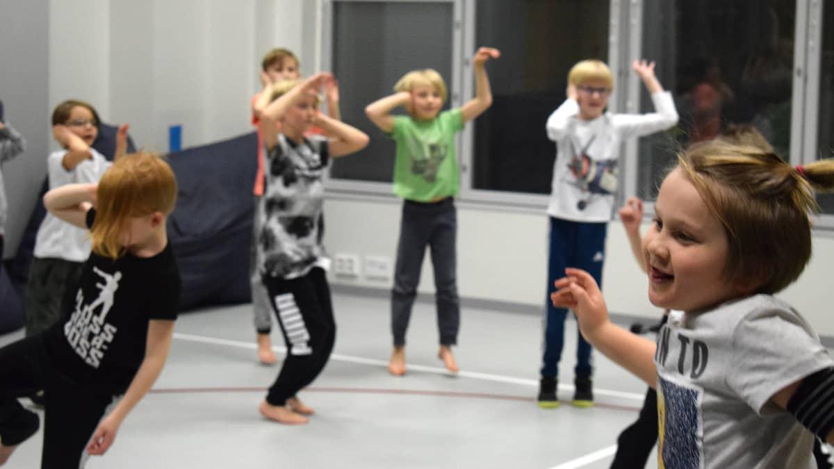 Lapset tanssivat Fortdance-tunnilla.