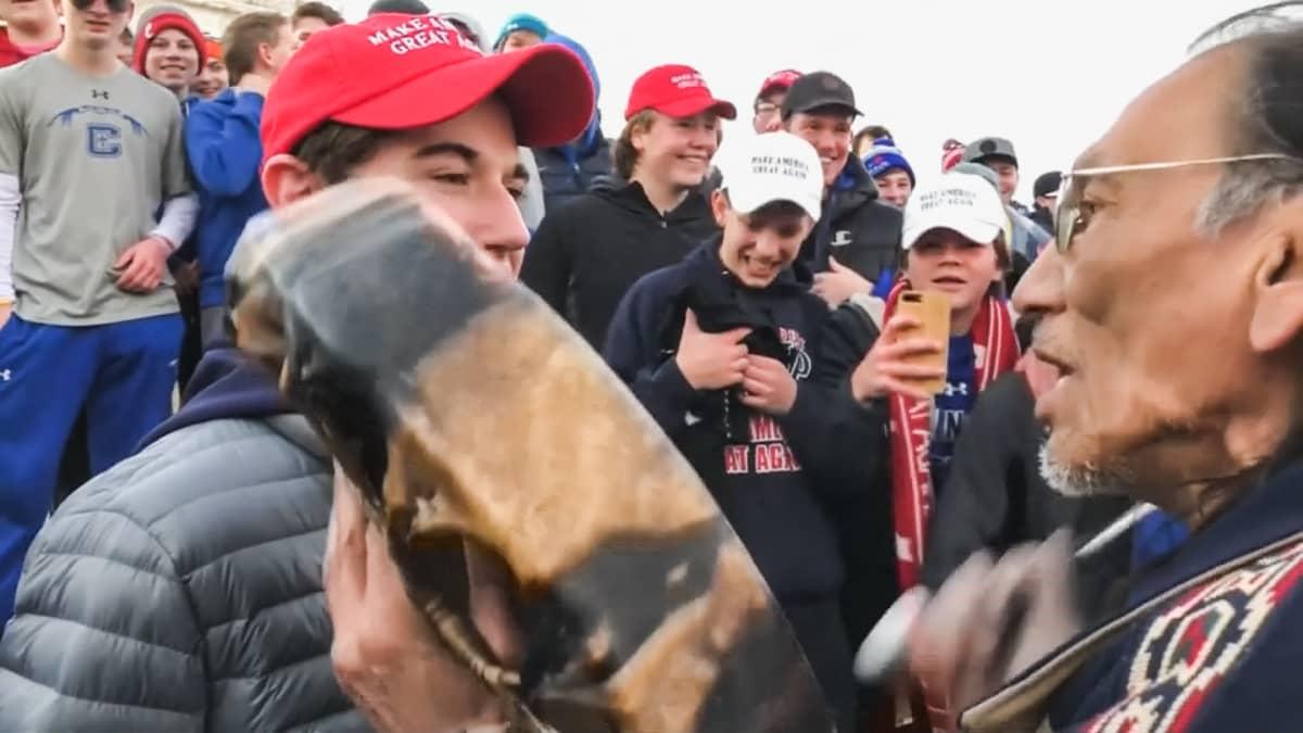 Nathan Phillips presidentti Donald Trumpin kannattajien Make America Great Again -hattuihin pukeutuneen teinijoukon ympäröimänä.