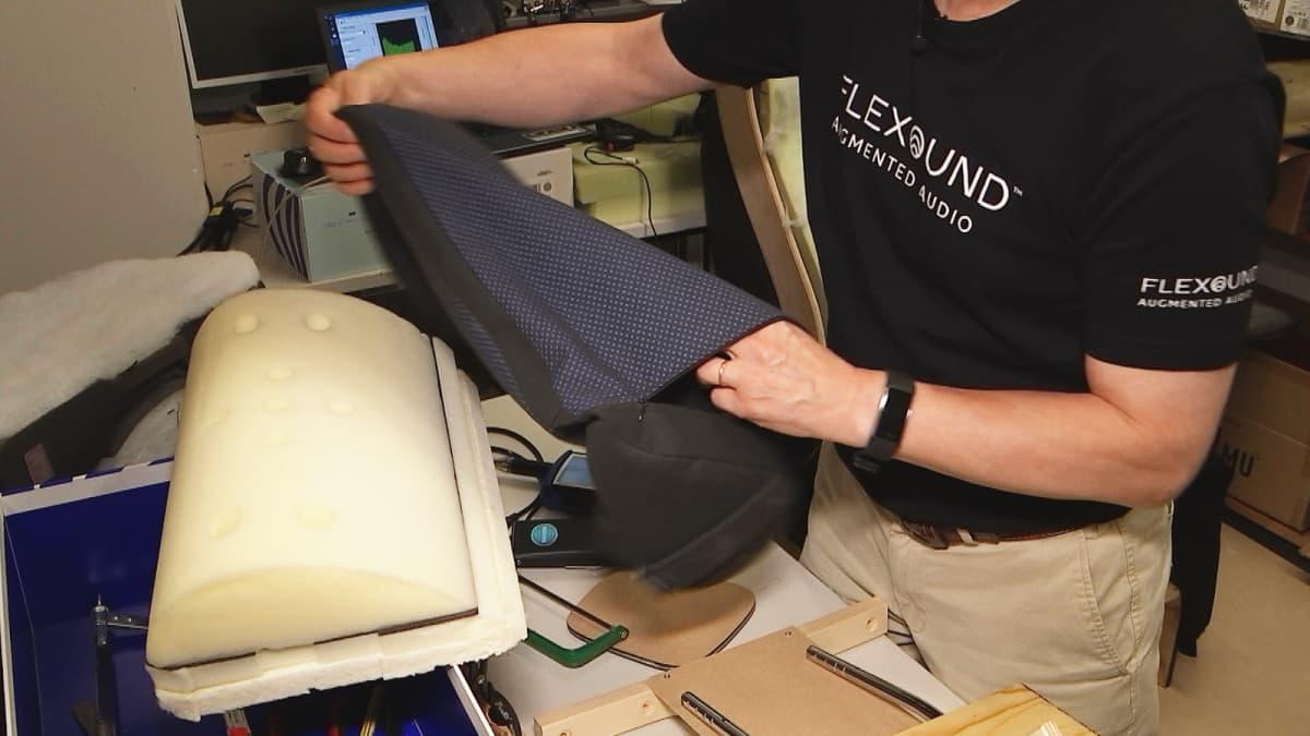 Flexoundin Humu-tyyny ilman päällikangasta työpöydällä.