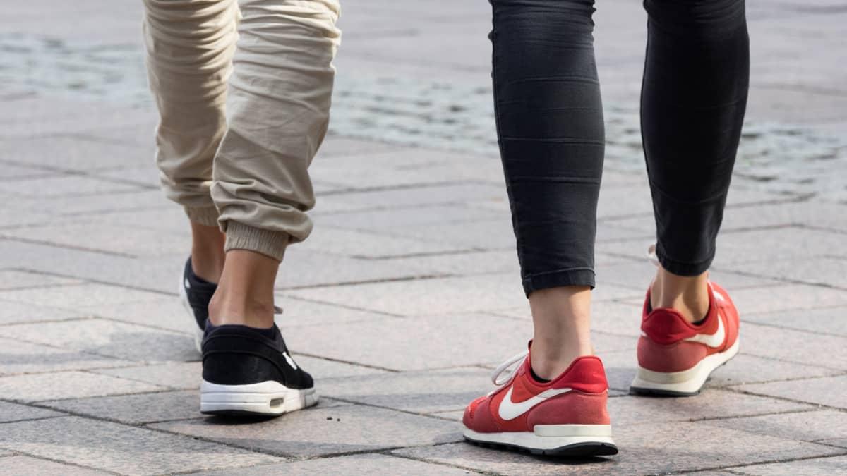 Kahden nuoren aikuisen jalat.