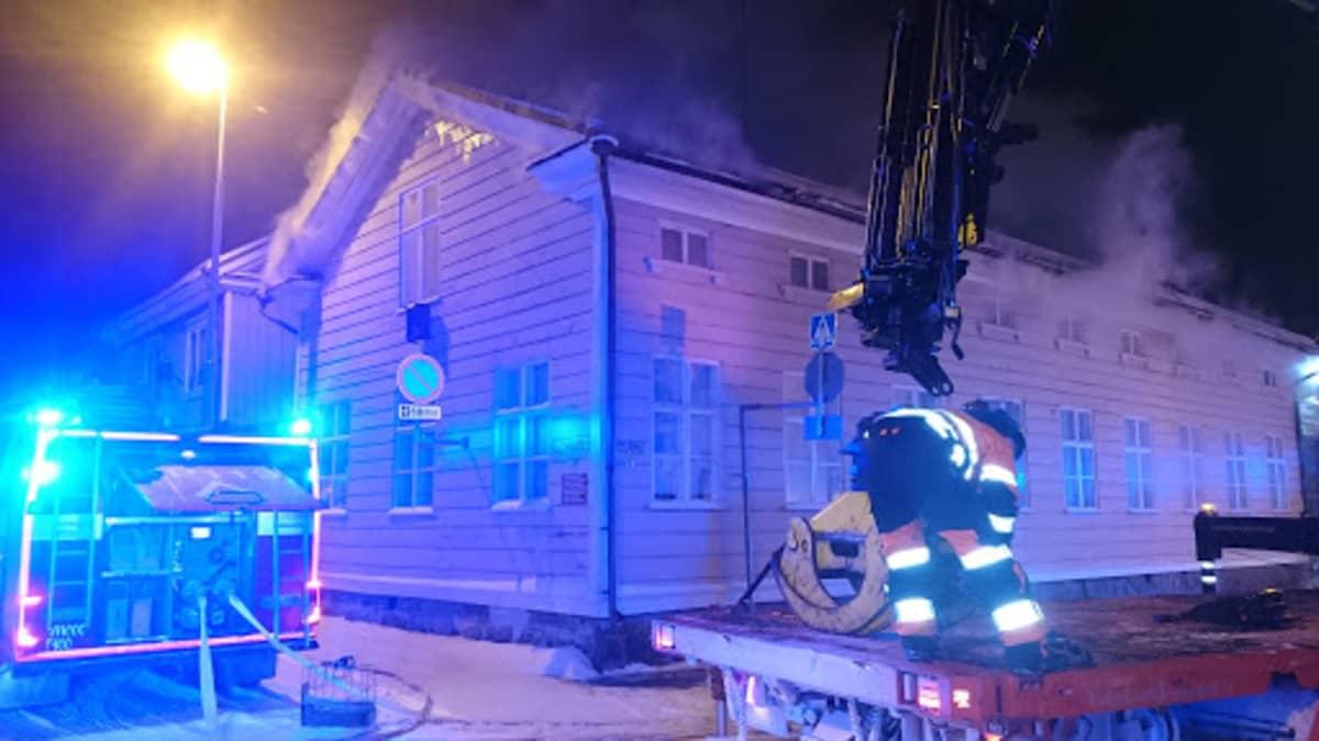 Pelastuslaitos sammuttaa vanhaa rakennusta