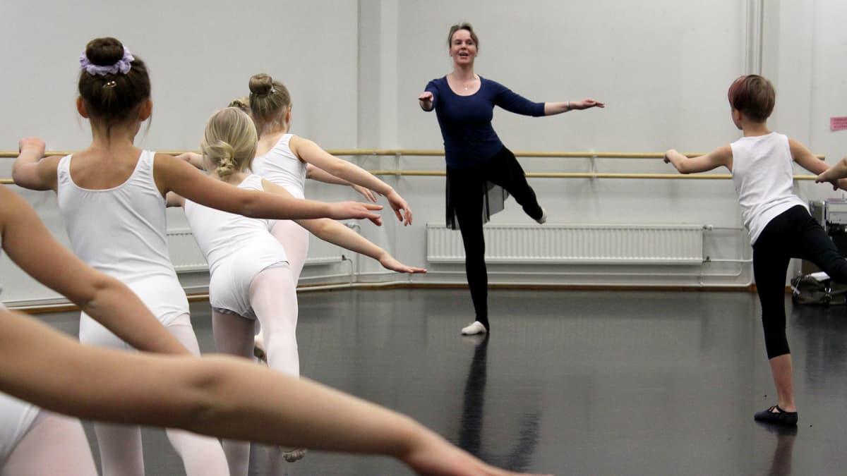 Baletinopettaja Sorella Stranden näyttää mallia tanssitunnilla