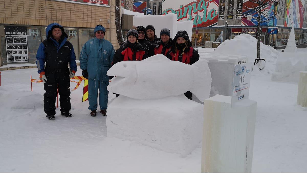 Lumiveistoskisan toiseksi sijoittunut joukkue ja tuomarit.