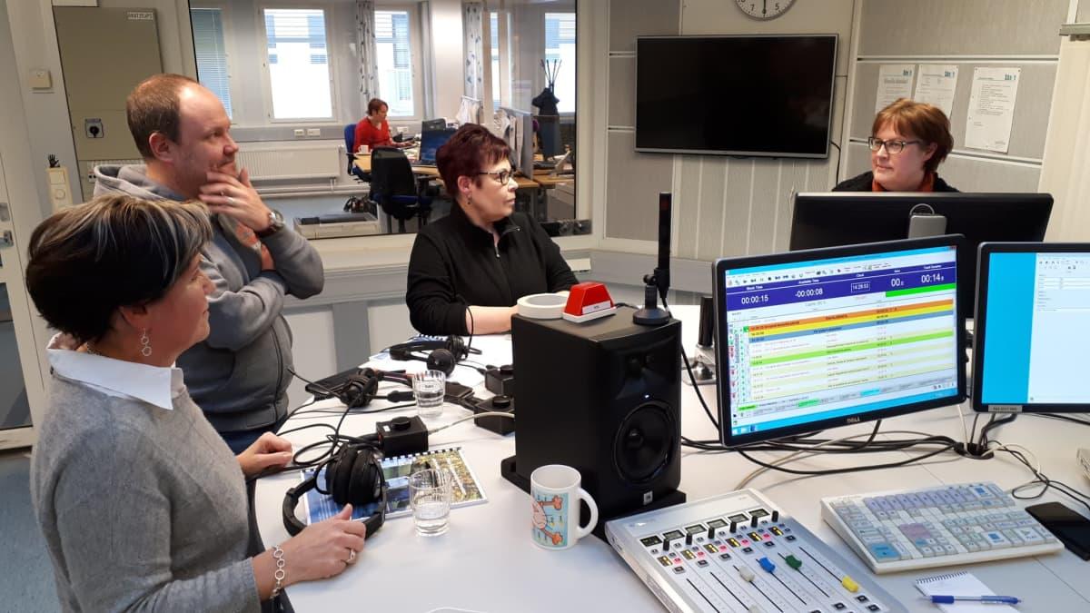Toimittaja Elina Kaakinen vetämässä radiokeskustelua